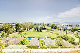 Very large apartment facing south west in the sought after urbanizacion of Guadalmina Alta