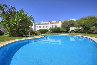 Spacious 4 bedroom  townhouse with private garden in a short walk away from the beach