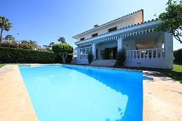 Family 4 bedroom villa on a west facing plot just above Marbella Town within easy reach of all amenities