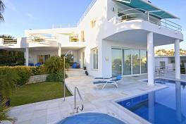 Splendid contemporary style detached villa in an elevated location in El Herrojo Alto with panoramic views of the coast line and the sea to Africa