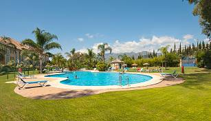 Ample first floor apartment close to the beach, quietly situated in the exclusive beachside urbanization of Bahia de Marbella