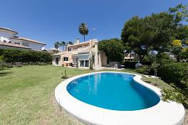 Detached villa in residential area within easy walking distance to the beach El Pilar, Estepona