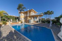 Modern style luxury villa in an established residential location within easy reach of local amenities and even the beach El Pilar, Estepona