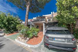 Very spacious family townhouse in Las Encinas in a small community of townhouses on the front line of La Quinta Golf course, Benahavis