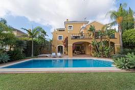 Very spacious detached Villa in a quiet residential location close to El Paraiso golf and just a few minutes from the beach and all amenities El Parasio