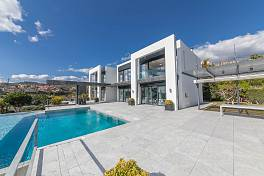 Contemporary villa with spectacular views of the mountains and Mediterranean Sea within easy reach of all the facilities, La Alqueria, Benahavis