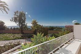 Exceptionally spacious 3 bedroom duplex apartment with sea views in established community situated a short distance from the centre of Marbella