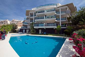 Contemporary style 2 bedroom apartment in an elevated location affording impressive westerly views of the coastline and sea, Marbella