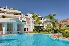 Beautiful spacious 3-bedroom elevated groundfloor apartment south to southeast facing with fantastic views to the sea, golf, Benahavis