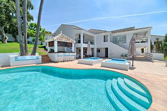 Lovely family villa in an established residential location with 10 minutes drive to Marbella Town and a short distance from local amenities, Marbella
