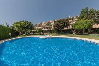 Ground floor 2 bedroom apartment with covered parking in a community with communal gardens and large swimming pool Bel-Air, New Golden Mile