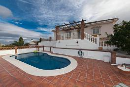 Attractive fully refurbished detached villa on an elevated plots with fabulous views to the Fuengirola,  sea and mountains, Cerros del Aguila