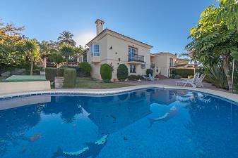 Lovely detached Villa in accommodation on one level situated close to Los Naranjos Golf and all the facilities of Nueva Andalucia and Puerto Banus
