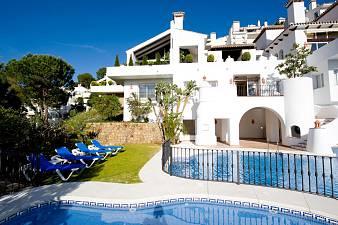 Beautifully presented 3 bedroom duplex apartment on the prestigious La Quinta Golf Course just a short distance outside Puerto Banus, La Quinta Golf