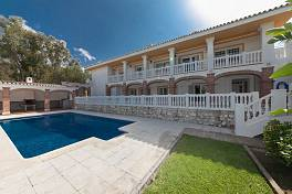 Detached villa in an exclusive cul-de-sac location within easy reach of all the amenities of Calahonda including the beach, Mijas Costa