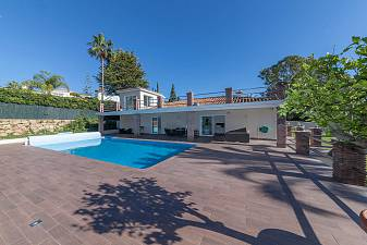 Beautiful single level family villa in modern contemporary style with bright open plan living areas and a large south facing garden El Paraiso