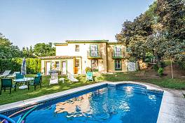 Lovely family villa in a brilliant location on Marbella Golden Mile within walking distance of all the amenities of the town including the beaches