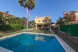 Very spacious family villa n a beachside location just a short walk to the beach, restaurants and bars, Marbella