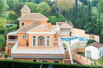 Spacious 5 bedroom family villa has recently been completely refurbished to provide high quality spacious accommodation, Mijas Costa