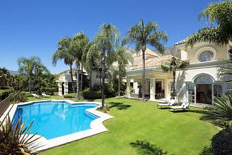 Аmazing villa, with the option to buy the adjoining plot of 1800m2 only to extend gardens or build a larger pool or tennis court, Golden Mile, Marbella