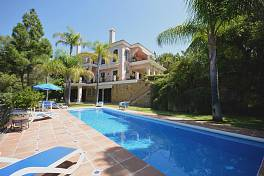 Elegant south facing four bedroom villa in small gated community of only nine villas set at the front of the golf course of Rio Real, Marbella