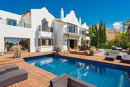 Elegant family villa standing on the front line of the La Quinta Golf Course enjoying beautiful views over the golf to the sea, Benahavis