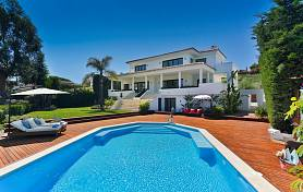 Luxury detached villa has been built recently to a very high specification in the heart of the Nueva Andalucia frontline to Los Naranjos Golf, Marbella